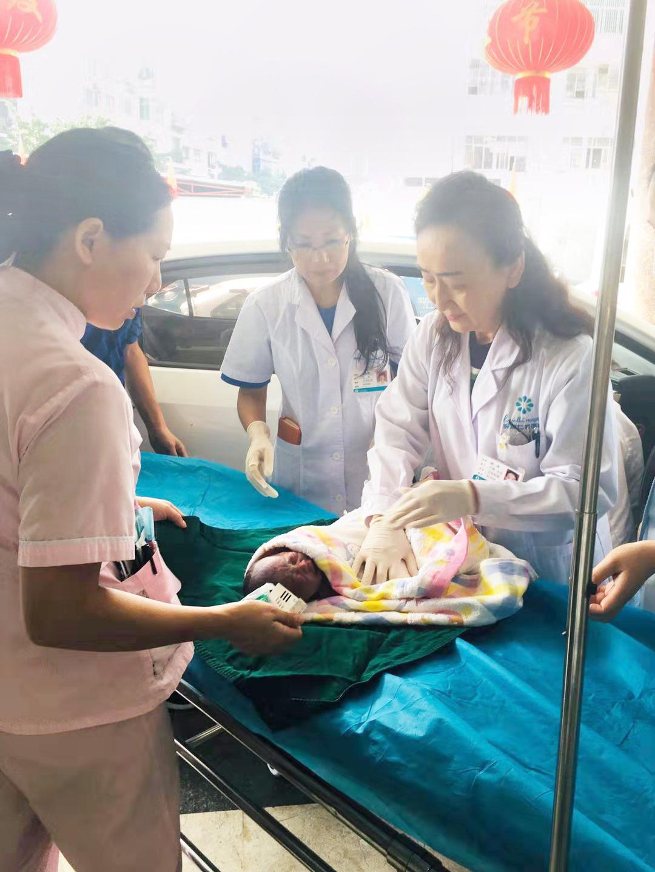 孕妇院外提前产子,仁爱医院火速前往救助!